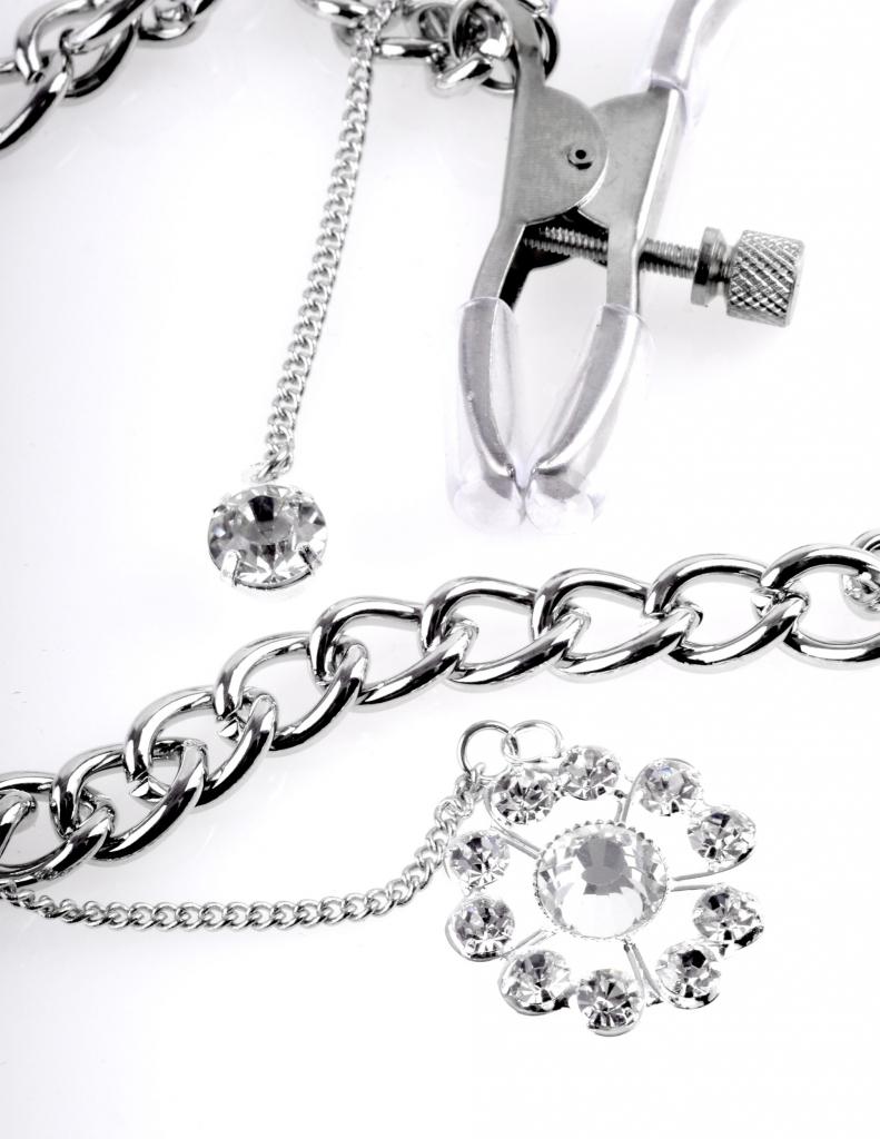 Množství tlaku, které aplikujeme na bradavky, je nastavitelné otáčením šroubu, zatímco závěsné krystaly přidávají dotek elegance a stylu!