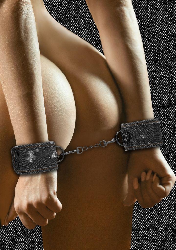 Shots - Ouch! Denim Handcuffs Roughend Black pouta na zápěstí